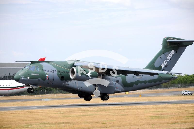 Embraer KC-390 landing